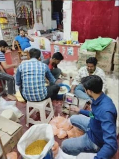 गरीबो में समाज सेवियों ने खाद्य सामग्री का वितरण किया