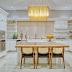 Cozinha branca e dourada com ilha e estilo clássico!