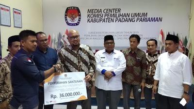 Komisioner KPU-RI Ilham Saputra Serahkan Santunan Kepada Keluarga KPPS di Padang Pariaman