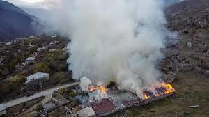 les Arméniens brûlent leurs maisons