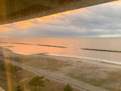 日本海に沈む夕日の雰囲気