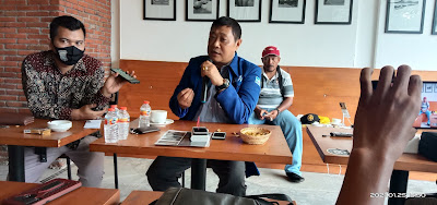 KONFRENSI PERS: Koordinator Divisi Perhubungan dan Informatika DPD Partai Demokrat NTB, Junaidi Kasum (JK) Menggelar Konfrensi Pers di Sengigi, Senin (25/1).