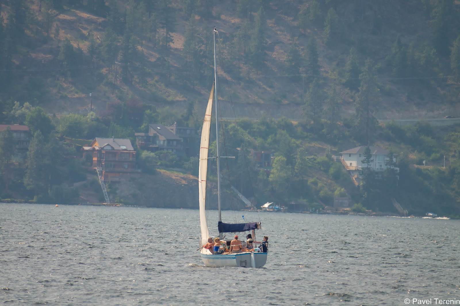 С набережной озера сразу видно всю курортную атрибутику: паруса, катера, парашюты, каяки и прочие плавучие и не только средства  передвижения.