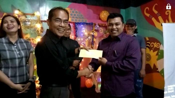 Tarjan sofian terima penghargaan dari Ruai TV di Pontianak