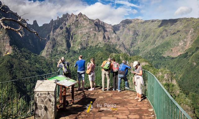 Senderistas en una zona escarpada de Madeira