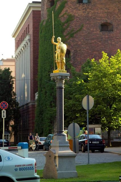 2005 год. Рига. Золотой рыцарь на своем историческом месте, на площади Бастея (между бывшими Яковлевскими казармами и Бастионной горкой)