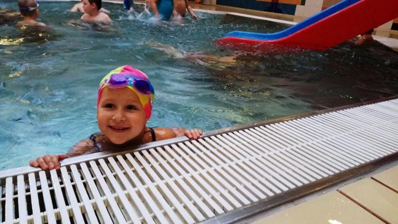 dziecko z przedszkola na zajęciach grupowych na basenie
