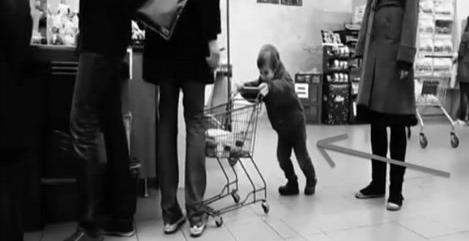 Cet enfant n'arrête pas de cogner cet homme avec un caddie sans que la maman ne réagisse! Sa réaction est alors parfaite!