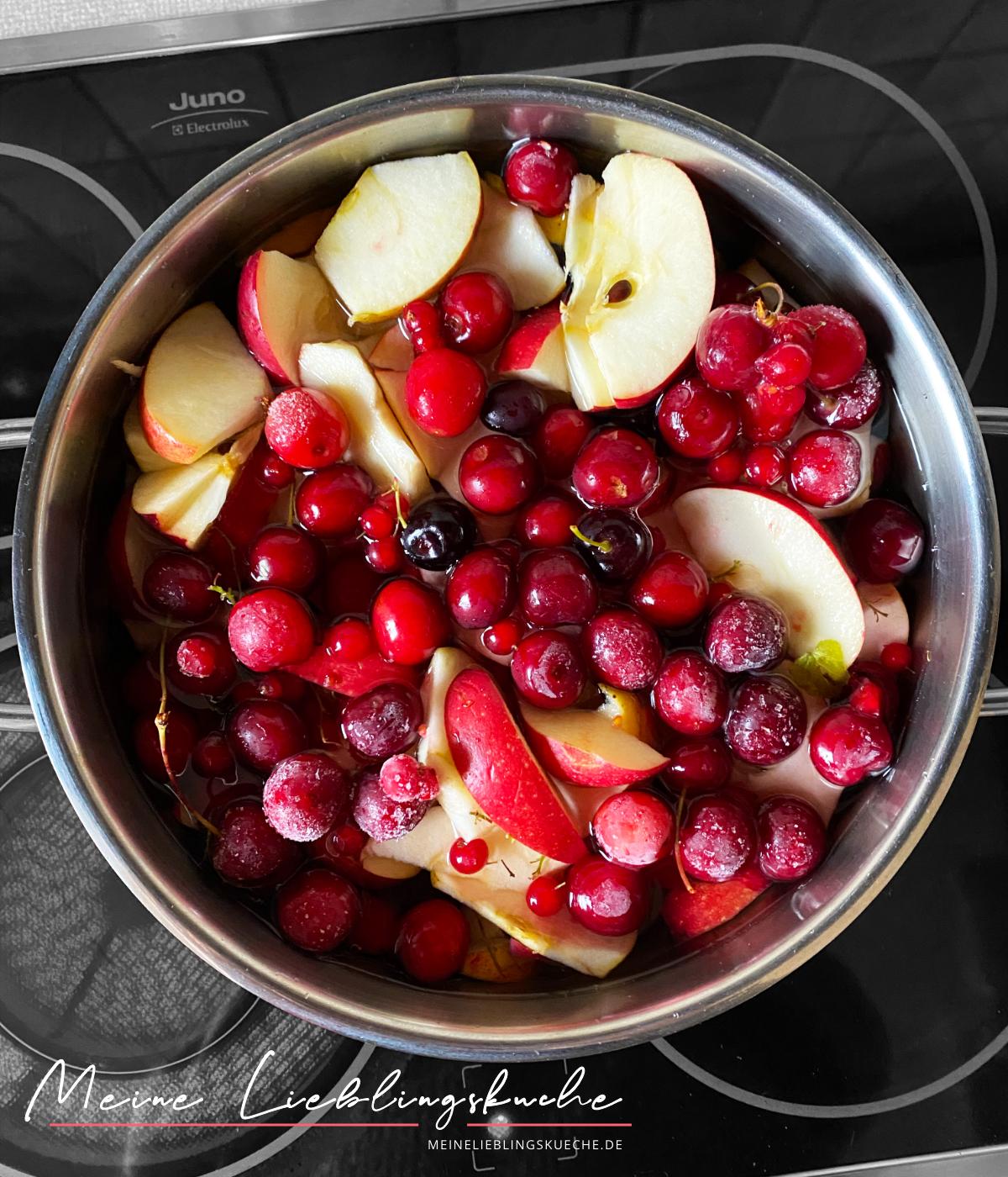 Russischer Kompott aus Äpfeln und Kirschen