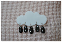 broche nuage et gouttes noires