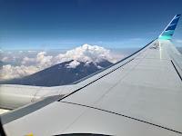 mengambil foto pemandangan diatas pesawat
