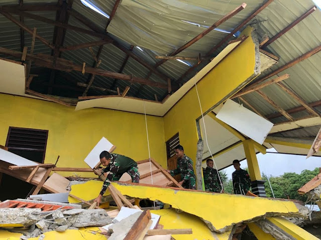 Satgas Pamtas RI-RDTL Sektor Barat Bantu Evakuasi Reruntuhan Gedung SMP di NTT