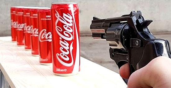Atirando em latas de Coca-Cola com uma arma de fogo de verdade - Capa