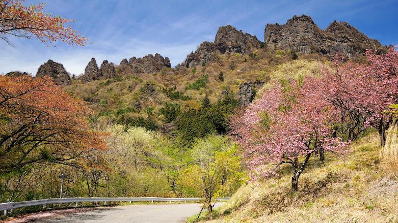 松井田駅から妙義山山麓を周り、荒船風穴の前を通って神津牧場へ上り横川に下るサイクリングコース。妙義山は桜や紅葉の名所。神津牧場は120年以上の歴史を持つ日本で最初の洋式牧場です。