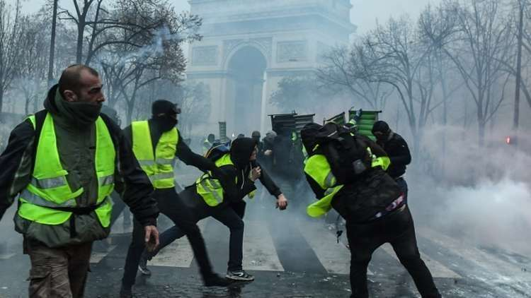 """ما الذي يقع في فرنسا ؟!..الشرطة الفرنسية تتمرد على """"ماكرون"""" وتدعم """"السترات الصفراء"""""""