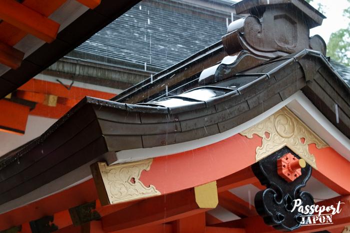 Pluie sur les toiture du honden, sanctuaire Usa-jingû, Oita