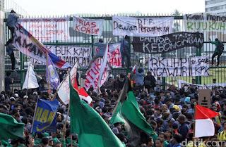 Tulisan Kocak Waktu Demo Mahasiswa di Depan Gedung DPR 14