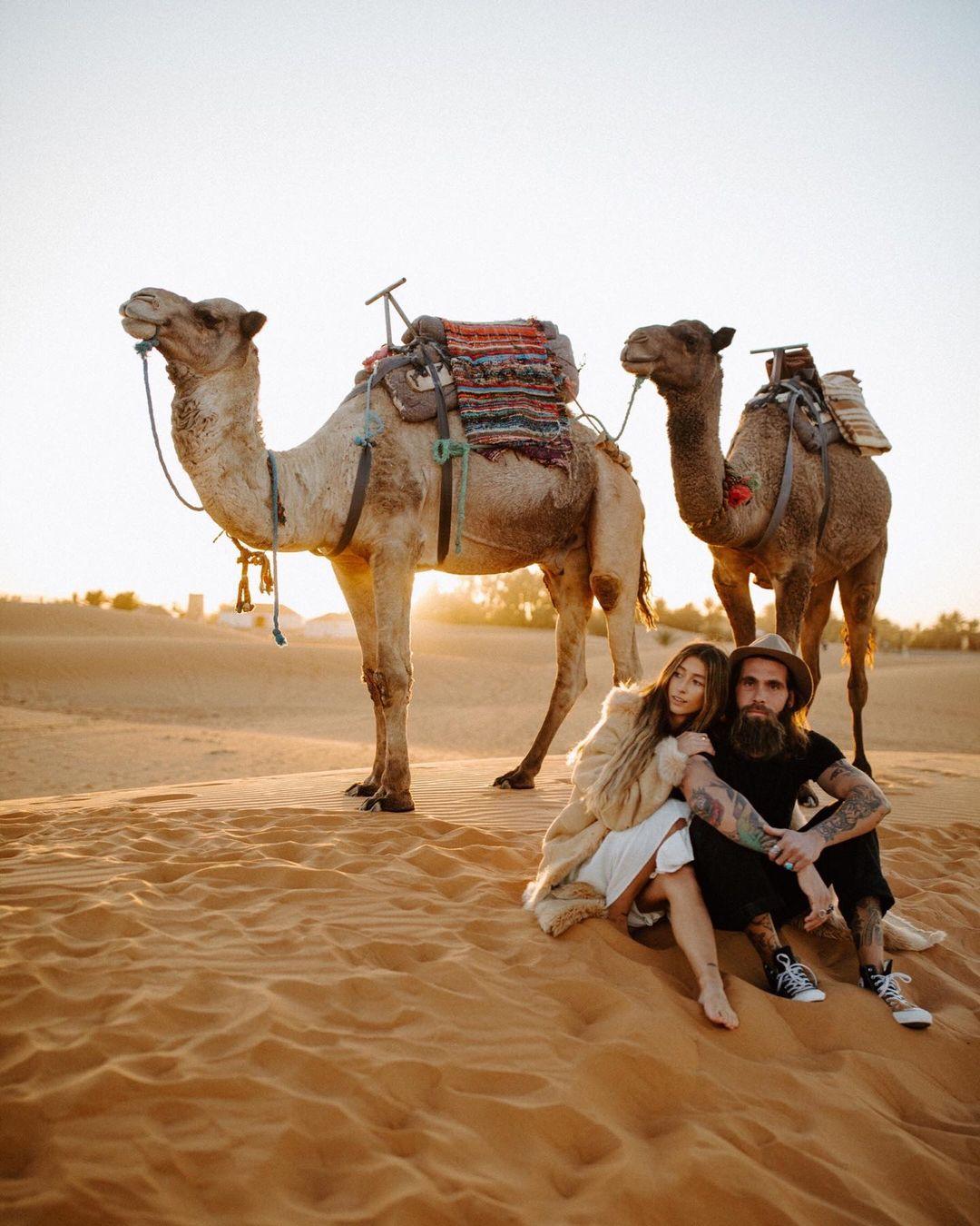 naik unta gurun sahara destinasi wisata eksotis maroko