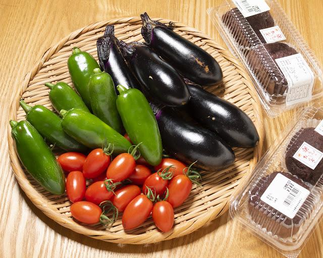 緑のビーマン、紫のナス、そして赤いミニトマト
