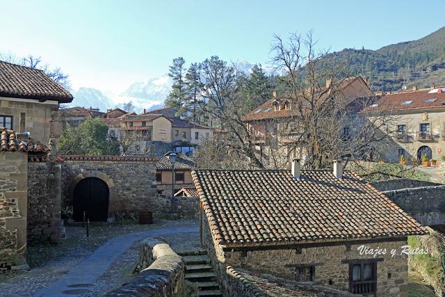 Bustamante-Prellezo con su capilla y los molinos junto al puente de San Cayetano.Potes