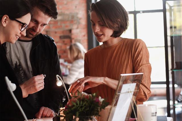 UROCZYSTOŚĆ alternatywne targi ślubne w Warszawie. biżuteria ślubna, kolczyki, obrączki, mundaka, biżuteria autorska, rzemieślnicy, jubilerzy, artyści
