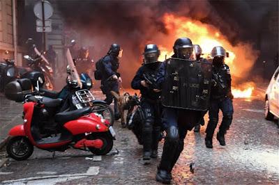 Εικόνες ωμής βίας στη Γαλλία: Αστυνομικός πυροβόλησε δημοσιογράφο στο λαιμό – Πάνω από χίλιες προσαγωγές, σφοδρές συγκρούσεις