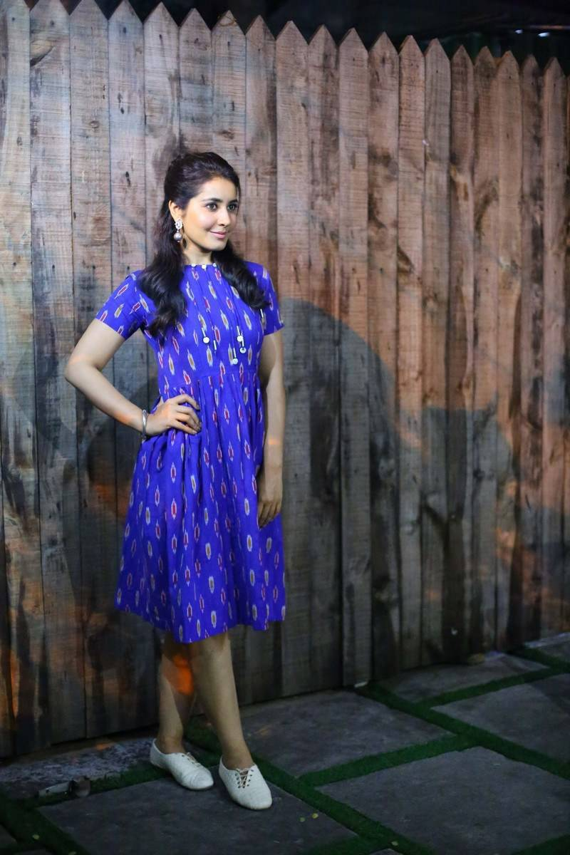 Rashi Khanna Beautiful Hairstyle In Blue Dress At Awards 2016