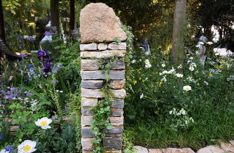 columna de piedra seca y plantas