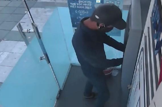 Truy tìm 'ATM tặc' lắp đặt thiết bị trộm cắp thông tin tại ATM Hà Tĩnh