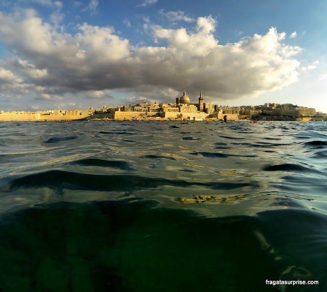 Valeta, capital de Malta, vista desde a praia de Sliema