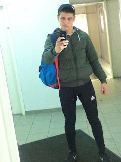 najveci-skolski-frajer-slikanje-selfija-ogledalo