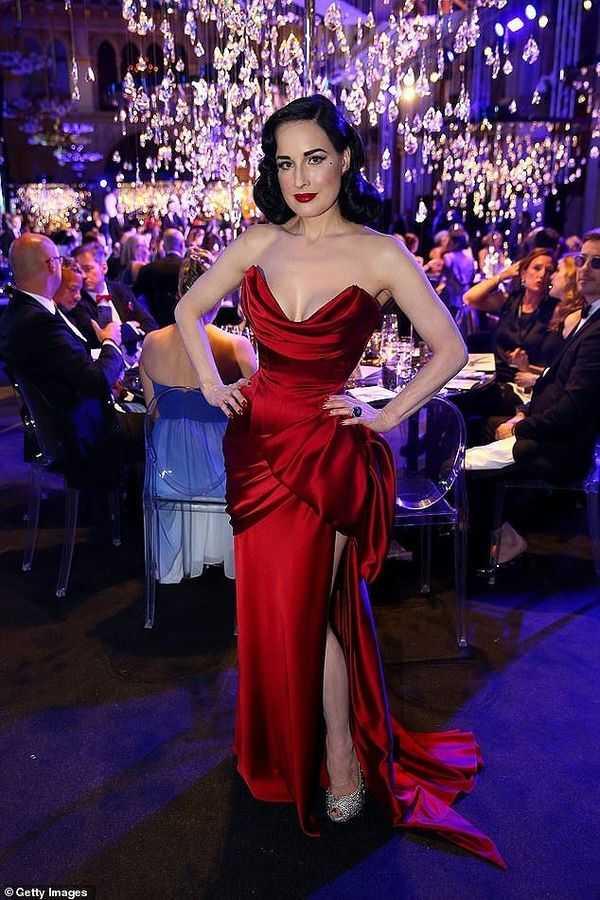 Tan chảy trước vóc dáng quyến rũ của nữ hoàng thoát y Dita Von Teese trong chiếc váy đỏ gợi cảm