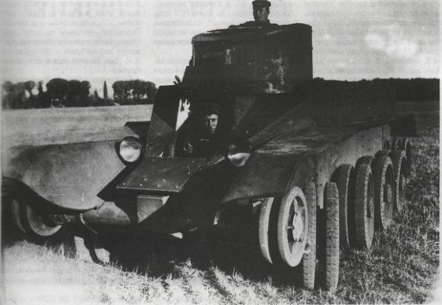 Испытания танка БТ-2-ИС на колесах. 1935 год.  Создание этой машины можно считать отправной точкой для работ, приведших к появлению знаменитой тридцатьчетверки (АСКМ).