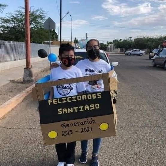 Padres hacen coche de cartón para caravana escolar