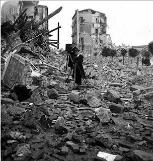 Dos reporteros entre las ruinas de la ciudad