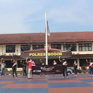 Merayakan hari Pancasila, Velozity De'Bogor berbagi vitamin di Polres Bogor