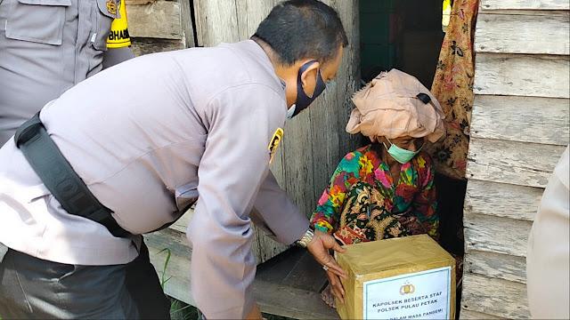 Kapolsek Pulau Petak Menyerahkan Bantuan Sembako Kepada Warga Kurang Mampu