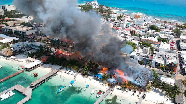 Fuego consume unos 10 locales en mega incendio en Isla Mujeres