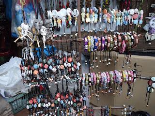 Các cửa hàng gốm sứ Bát Tràng Hà Nội có bán các sản phẩm lưu niệm