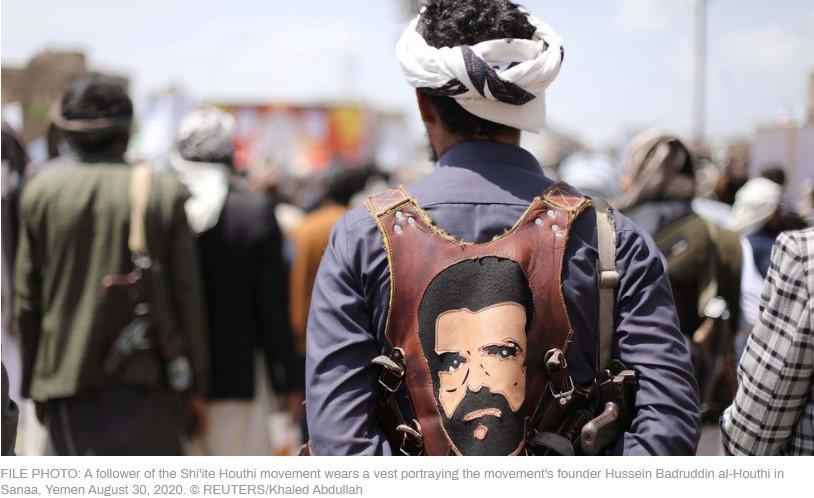 pejuang houthi dengan rompi gambar pendirinya