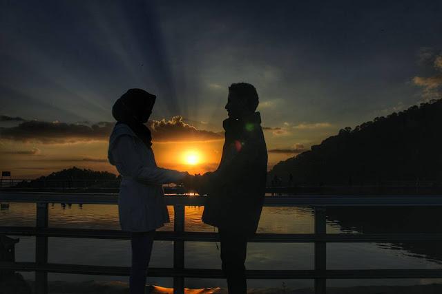 foto sunset romantis di embung nglanggeran jogja