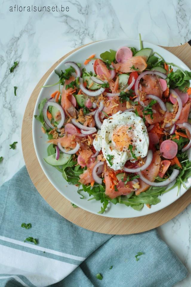 Snelle salade met gerookte zalm, opgelegde ui en radijsjes en een gepocheerd eitje - a floral sunset