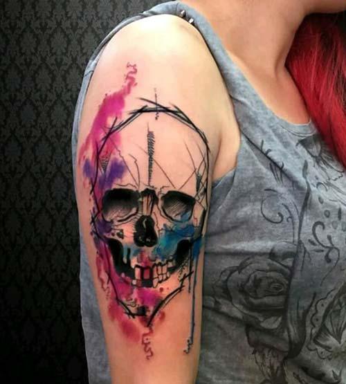 kadın üst kol renkli kuru kafa dövmesi woman upper arm watercolor skull tattoo