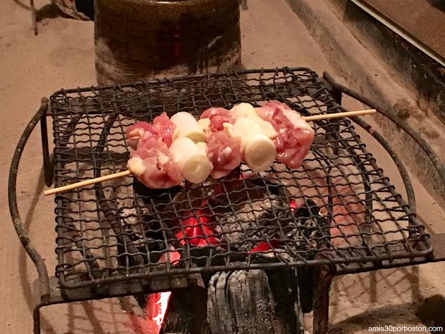 Brochetas de Pollo a la Parrilla de esta Izakaya de Tokio