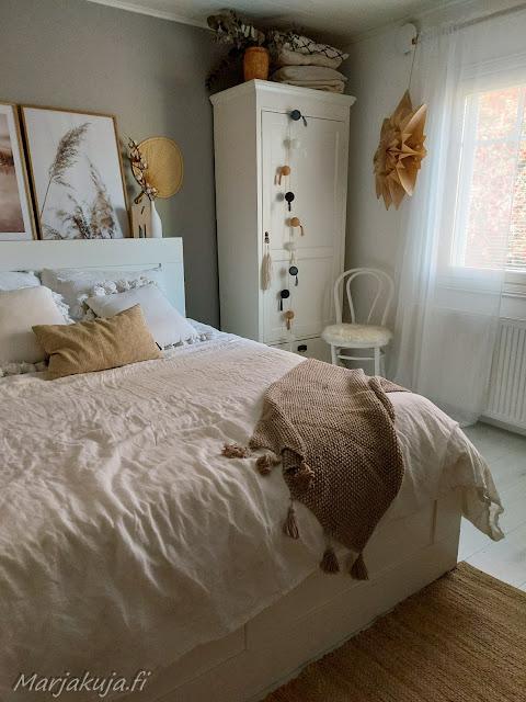 Makuuhuoneen boheemin seesteinen sisustus.