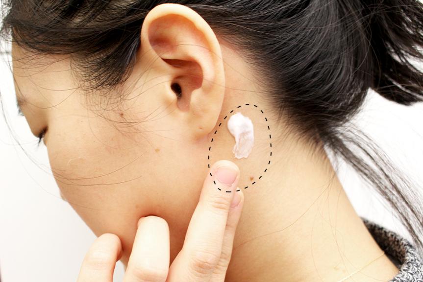 Thoa sản phẩm lên vùng nhỏ sau mang tai để kiểm tra xem bạn có dị ứng với nó hay không
