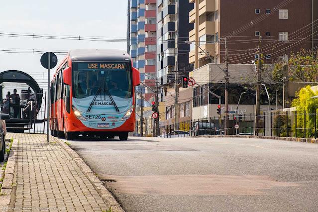 """Ônibus expresso na Av. Paraná com a mensagem """"Use Máscara"""""""