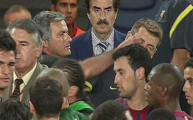 """Mourinho 5 lần thô lỗ gây sốc: """"Miệt thị"""" Ronaldo & móc mắt ở Siêu kinh điển 2"""