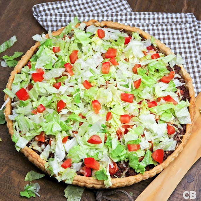 Tacotaart: bladerdeegtaart met Mexicaans gehakt, tomaten, kaas en ijsbergsla