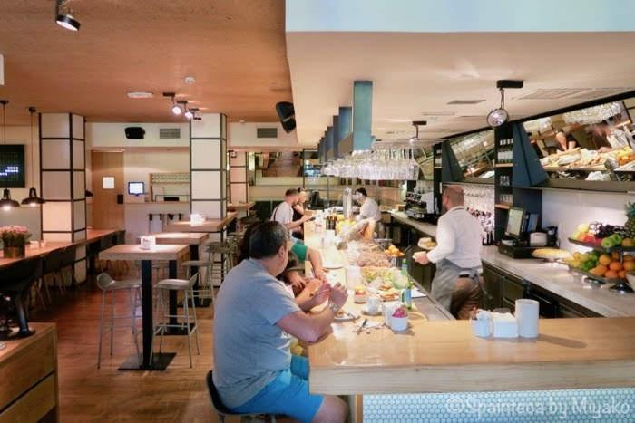 マドリードのサラマンカ地区にあるバルカウンターで朝食を食べている人たち